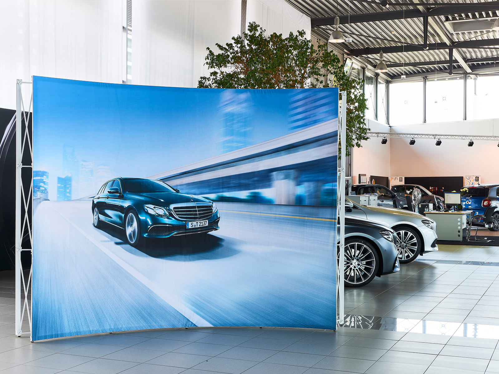 Pop-Up-Textil-Wand im Autohaus